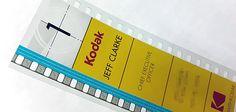 Aux États-Unis, Jeff Clarke, le CEO de Kodak, a eu l'idée de créer sa carte de visite sous la forme d'une pellicule. Mais pas n'importe laquelle, puisque celle-ci est au format 35 mm : le type de pellicule le plus utilisé du cinéma argentique. Et donc, vous vous doutez bien, il s'agit d'un format qui n'est plus trop utilisé de nos jours. Jeff Clarke a utilisé cette carte de visite à l'occasion du CES 2015 pour teaser le reboot de sa mythique caméra Super 8.