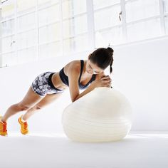 """Le fitball ou ballon de gym, ce gros ballon que les enfants adorent, a été détourné de son usage fun par une coach suisse. D'où son nom souvent usité de """"Swiss ball""""..."""
