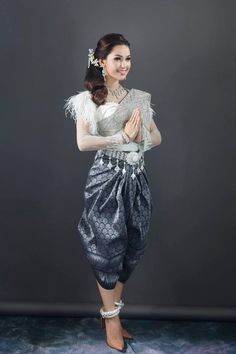 khmer wedding costume Thai Traditional Dress, Traditional Wedding Dresses, Traditional Clothes, Cambodian Wedding, Khmer Wedding, Thai Fashion, Thai Dress, Wedding Costumes, Wedding Dress Accessories