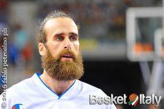 Gigi Datome è campione dell'Eurolega con il Fenerbahçe, all'azzurro, autore di un'ottima prova, tagliano i capelli durante i festeggiamenti.