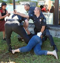 Gotta Tweet This In This Picture: Photo of woman with broken leg and police