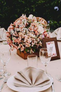 6 secretos para sorprender a tus invitados con unos centros de mesa espectaculares. #Matrimoniocompe #Organizaciondebodas #Matrimonio #Novios #TipsNupciales #CaminoAlAltar #MatriPeru #BodaPeru #DecoracionDeMatrimonio #DecoracionConFloresParaBoda #DecoracionFloralParaMatrimonio #FloresMatrimonio #WeddingFlowers #CentroDeMesaMatrimonio #CentroDeMesa Table Decorations, Wedding Centerpieces, Wedding Tables, Food Gifts, Floral Decorations, Receptions, Dinner Table Decorations