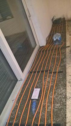 Stampflehmboden mit Fußbodenheizung vor der Panoramaschiebetür. Cob Home, Timber Wood
