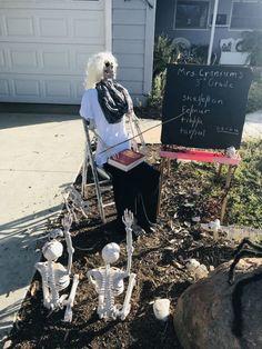 Outdoor Halloween, Halloween Pictures, Halloween Skeletons, Disney Halloween, Halloween Pumpkins, Fall Halloween, Halloween Party, Halloween Decorations To Make, Skeleton Decorations