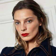 Batom vermelho é sempre uma ótima pedida... Lindo esse bem mate e aplicado perfeitinho, lábios bem delineados, contrastando com o resto do make bem natural, pele com pouca cobertura (mas com um leve contorno), quase nada nos olhos - foto da Daria deusa na Vogue Paris   DDB Inspira @ddbinspira