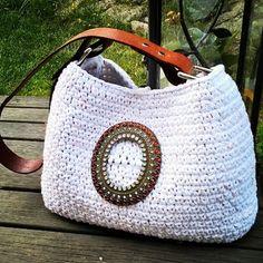 Kesäinen olkalaukku #virkattu#virkkaus#kierrätys#vyönsolki#vanhastauutta#kesäkassi#olkalaukku#crochet#recycled#beltbuckle#summerbag#bag