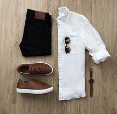 Casual man - camisa branca slim gola curta, calça sarja preta, tênis couro marrom