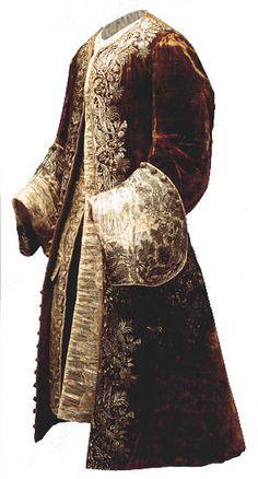 1735.  habit à la française : justaucorps richement brodé, avec des manches à grands parements