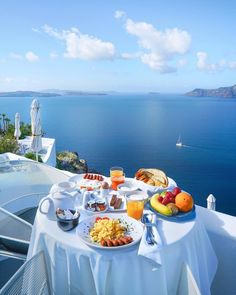 Wednesday brunch goals lets fly to Santorini? tag your special someone ! Breakfast In Bed, Perfect Breakfast, Romantic Breakfast, Beautiful Hotels, Beautiful Places, Wonderful Places, Places To Travel, Places To Go, Destinations