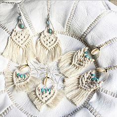 キーホルダー マクラメ - Yahoo!検索(画像) Diy Macrame Earrings, Macrame Rings, Macrame Jewelry, Diy Earrings, Macrame Owl, Diy Pillow Covers, Feather Crafts, Macrame Design, Boho Accessories