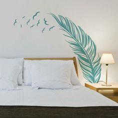 wandtattoo-schlafzimmer-feder-idee-hellblau-vögel-stärke-nachttisch-deko