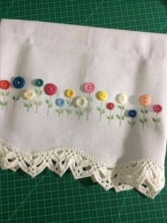Delicadeza e sutileza em belos panos de copa Hand Embroidery Videos, Embroidery On Clothes, Hand Embroidery Patterns, Ribbon Embroidery, Cross Stitch Embroidery, Sewing Crafts, Sewing Projects, Diy Buttons, Button Crafts