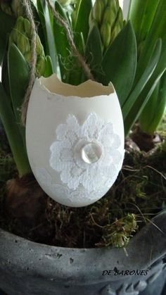 Easter - eggshell - decorated with lace and a button - nice to hang with little flowers Hoppy Easter, Easter Bunny, Easter Eggs, Deco Floral, Easter Celebration, Easter Holidays, Vintage Easter, Diy Arts And Crafts, Easter Crafts