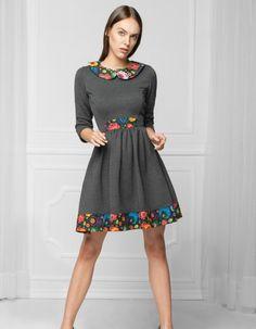 Sukienka uszyta z dzianiny dresowej, bardzo dobrej jakości. Marszczona w talii, góra dopasowana. Z tyłu metalowy suwak, rękaw ¾. Sukienka zdobiona folkowymi detalami. Pranie delikatne do 30 st.C. Modelka ma 176 cm wzrostu i ma na sobie rozmiar XS.