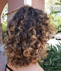 Sombré is the softer hair color that all the cool girls are wearing right now. Ombre Curly Hair, Brown Curly Hair, Colored Curly Hair, Curly Hair Cuts, Long Curly Hair, Curly Hair Styles, Brunette Hair With Highlights, Ombre Highlights, Sombre Hair