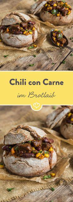 Wenn du deine Gäste besonders beeindrucken möchtest, kannst du dein Chili con Carne in frischen, selbstgebackenen Brotlaiben servieren.