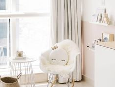 Sessel Babyzimmer babyzimmer grau rosa ideen bäume weiß wanddeko hocker grau sessel