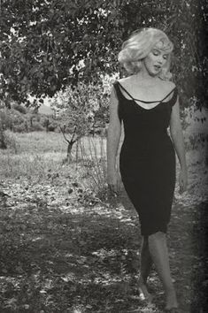 """Marilyn Monroe in Nevada on the set of """"The Misfits"""", the last film that she… Marylin Monroe, Marilyn Monroe Photos, Marilyn Monroe Style, Marilyn Monroe Birthday, Brigitte Bardot, Hollywood Glamour, Old Hollywood, Hollywood Actresses, Most Beautiful Women"""