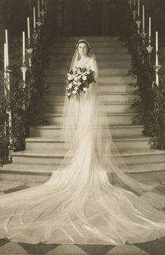 +~+~ Vintage Photograph ~+~+  Bridal Portrait with gorgeous long train