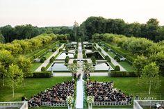 Nos arredores de Nova York, o Oheka Castle tem um jardim maravilhoso para cerimônias ao ar livre. Lá também foi gravado o clipe Blank Space, da cantora Taylor Swift. #lugarpracasar #cerimonia #inspirações #brides / Foto: Fred Marcus Studio