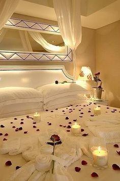 Pétalos de rosa en la cama es todo un clásico para acertar