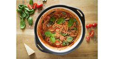 """One Pot betyder """"i en gryta"""", varav denna maträtt tillreds genom att blanda ihop samtliga ingredienser och koka tills spaghettin är klar."""