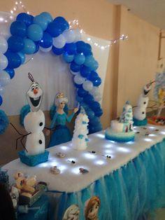 fiesta de frozen con mesa de dulces decoracion en el techo etc