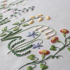* 『ガーデン』完成! * 〈樋口愉美子のステッチ12か月〉より * 猛烈ステッチの成果もあって5日でできました。 * オリジナルとは糸の色や使用本数など少しずつ変えてみましたが、これはこれで善しとします。 * それにしても横長の図案は全体をご紹介するのがとても難しいです。こっちを立てればあっちが立たずです。 * * #embroidery #yumikohiguchi #刺繍 #樋口愉美子 #樋口愉美子のステッチ12か月 #ガーデン #次は4月の花数字 #馬車馬のように #寝ずの刺しゅう#早起き刺しゅう#大丈夫かわたし #樋口さんの新刊楽しみ