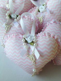 Sachê perfumado em formato de coração, confeccionado em tecido de algodão com aplicação em mini flor de cetim. Embalado em saquinho de celofane.  Linda lembrancinha para batizado, chá de bebê, nascimento e casamento.  Acompanha mini terço.