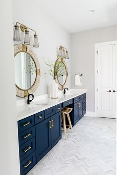 Sherwin Williams Naval I decided to use a navy vanity in this room, because I really loved the way it looked with the flooring Sherwin Williams Naval #SherwinWilliamsNaval