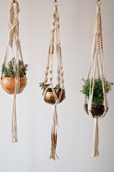 Most up-to-date Pictures Macrame Patterns planter Ideas makramee-anleitung-kostenlos-drei-blumentöpfe-topf-deko-ideen Macrame Plant Holder, Plant Holders, Macrame Projects, Macrame Knots, Micro Macrame, Hanging Planters, Macrame Hanging Planter, Hanging Basket, House Plants