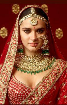 Sabyasachi red bridal lehenga with heritage Sabyasachi jewellery. Indian Bridal Jewelry Sets, Wedding Jewelry, Gold Jewelry, Bridal Jewellery, Gold Necklaces, Diamond Jewellery, Wedding Necklaces, Choker Jewelry, Antique Jewellery
