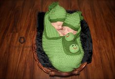 2 peas in a pod newborn twin photo idea!  For my nieces or nephews!