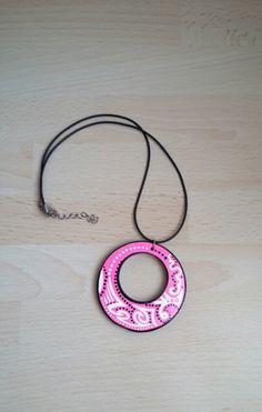 pendentif en bois peint à la main ethnique rose noir blanc : Pendentif par art-monize31