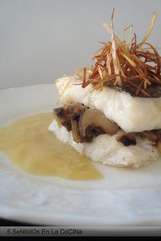 Merluza rellena de setas con salsa y crujiente de puerro