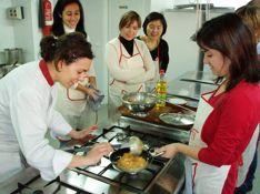 Hands on cooking classes in Spain. http://www.culinaryspain.com/gourmet-activities/cooking-classes-spain/ Clase de cocina participativa en Madrid. Aprende las mejores recetas españolas y de las cocinas del mundo: japonesa, mexicana, peruana ,,etc  y temáticas: vegetariana, de arroces, repostería, cupcakes, etc.