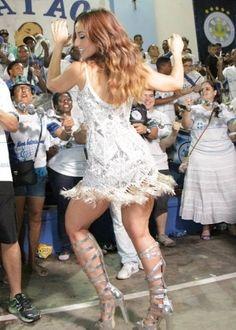 """Sabrina Sato troca beijos com amigo """"colorido"""" em ensaio de Carnaval #Apresentadora, #Ator, #Brasil, #David, #Grupo, #Modelo, #Namoro, #Programa, #Record, #SabrinaSato, #Solteira http://popzone.tv/2015/12/sabrina-sato-troca-beijos-com-amigo-colorido-em-ensaio-de-carnaval.html"""