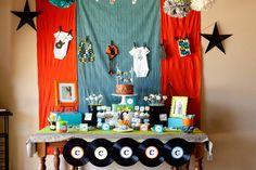 Festa infantil Detalhes da mes a do bolo Tema rock star Baby