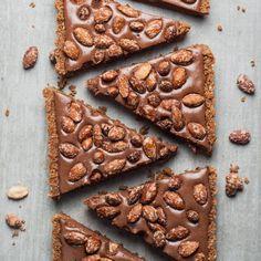 Trek in een heerlijk winters taartje? Wat dacht je van een knapperige speculaasjes bodem en een romige chocolade vulling, afgetopt met gesuikerde amandelen? Pluspunt: deze taart hoeft niet in de oven, maar in de koelkast!