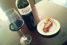 Tosta de pepinillo, sardinilla en aceite de oliva y huevo de codorniz acompañada de Marqués de Terán Crianza. En Four Roses (Logroño)
