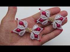LACINHO CELESTE COM PÉROLAS GOTA - Adalto Lopes - YouTube Tutorial Colar, Hair Bow Tutorial, Necklace Tutorial, Pearl Crafts, Beaded Crafts, Beaded Ornaments, Hand Embroidery Flowers, Beaded Jewelry Patterns, Summer Diy