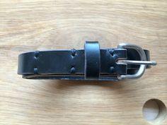 Smalt læderbælte 18 mm med messingspænde. Det ser fedt ud, men kunne også være bredere med et bredere spænde. Ikke Booth style dog.