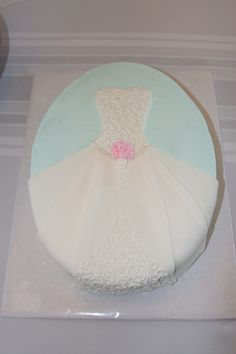 @Ronda Crogh Cowen Perfect for her bridal shower cake! Looks like a broach only. it's a dress!