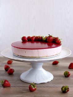 Jahodové zrcadlo - nepečený tvarohový dort Y Recipe, Fancy Desserts, Mousse Cake, Party Cakes, Cheesecakes, Yummy Cakes, No Bake Cake, Food Dishes, Sweet Treats