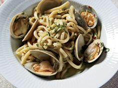 This exquisite linguine dish is super-simple and packed with clams, garlic, and a judicious amount of crushed red pepper. If you prefer, shell the clams before tossing them with their juices in the pasta.Recipe: Spaghetti with Clams and Garlic Seafood Pasta, Seafood Dishes, Pasta Dishes, Seafood Recipes, Clam Pasta, Clam Recipes, Healthy Italian Recipes, Healthy Pasta Recipes, Healthy Pastas