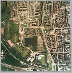 00020: Luchtfoto zuidelijk deel De Koog 1985 Bijzonderheden : De Kuil, de oude dopskom, station, provinciale weg, Geesterweg, Middelweg