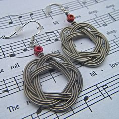 I love these guitar string earrings, clever idea.