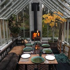 Beat the cold & heat. Insulate this greenhouse-like 3 season to invite your family for a new (hipster) dinner (meal). - greenhouse Beat the cold & heat. Insulate this greenhouse-like 3 season to invite your family for a new (hipster) dinner (meal Patio Interior, Interior And Exterior, Outdoor Spaces, Outdoor Living, Indoor Outdoor, Outdoor Ideas, Outdoor Decor, Outdoor Kitchen Design, Outdoor Kitchens