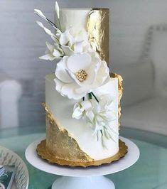 Gold and magnolia cake - Maui Wedding Cakes - Desserts - Dessert Recipes Amazing Wedding Cakes, Elegant Wedding Cakes, Wedding Cake Designs, Amazing Cakes, Elegant Cakes, Cake Wedding, Rustic Wedding, Dress Wedding, Bow Wedding