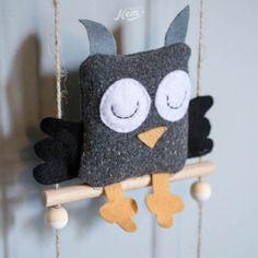 Mobile doudou hibou en laine et bois - Nemgraphisme.com